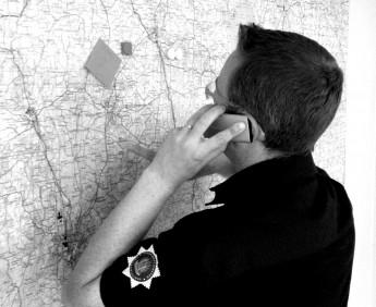 Jonas Pettersson fungerar som räddningschef i beredskap under övningens inledning.
