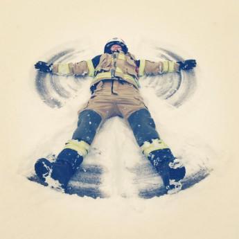 Emelie gör snöängel