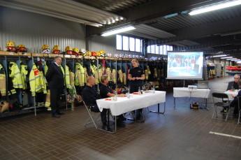 Räddningschef Melissa Millbourn håller tal