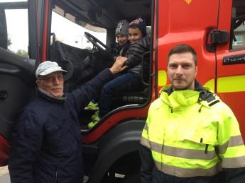 Leif Carlsson passade på att låta  barnbarnen titta in i brandbilarna.
